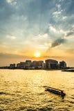 Härlig solnedgång på floden Royaltyfri Bild