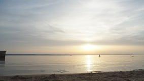 Härlig solnedgång på floden lager videofilmer
