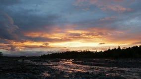 Härlig solnedgång på floden Studenaya arkivfilmer