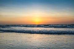 Härlig solnedgång på kabelstranden arkivbild