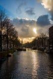 Härlig solnedgång på kanalen i Amsterdam royaltyfri bild