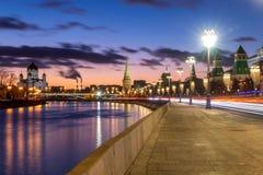 Härlig solnedgång på Moskva flodinvallning med en sikt av Kremlväggen och domkyrkan av Kristus frälsaren i Moskva royaltyfri foto