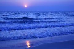 Härlig solnedgång på stranden Arkivfoto