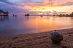 Härlig solnedgång på stranden i förbudet Saphan, Thailand Arkivfoton