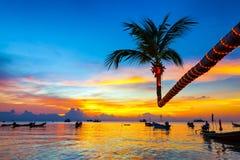 Härlig solnedgång på stranden, Koh Tao Royaltyfria Foton