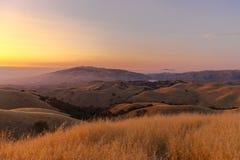 Härlig solnedgång på toppiga bergskedjan utsikt Royaltyfria Bilder