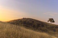 Härlig solnedgång på toppiga bergskedjan utsikt Royaltyfri Bild