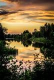 Härlig solnedgång vid floden Arkivbild