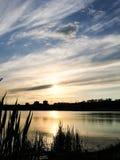 Härlig solnedgångaftonhimmel med en inställningssol Arkivfoton