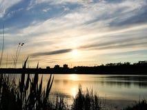 Härlig solnedgångaftonhimmel med en inställningssol Fotografering för Bildbyråer