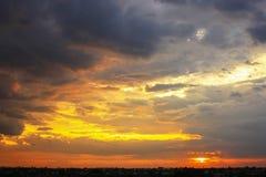 Härlig solnedgånghimmel med flerfärgade moln efter strom _ Arkivbild