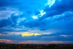 Härlig solnedgånghimmel med flerfärgade moln efter strom _ Fotografering för Bildbyråer