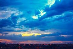 Härlig solnedgånghimmel med flerfärgade moln efter strom _ Royaltyfria Bilder