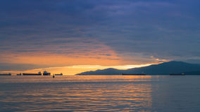 härlig solnedgångmolnhimmel med havsikter Arkivfoton