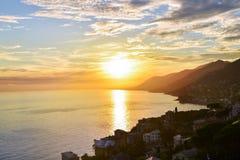 Härlig solnedgångsikt över Adriatiskt havet i Italien Royaltyfri Fotografi