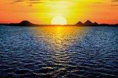 Härlig solnedgångsikt av de egyptiska pyramiderna royaltyfri bild
