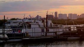 Härlig solnedgångsikt av pirarkitekturen i Novosibirsk 4K 3840x2160 lager videofilmer