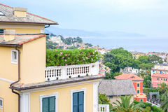 Härlig solnedgångsikt från överkant till den Santa Margherita Ligure staden Royaltyfri Bild