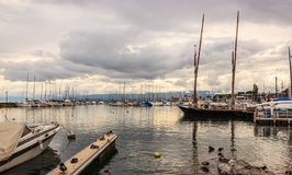 Härlig solnedgångsikt på den Lausanne marina med yachter på sjöGenève, Lausanne Ouchy fiskeläge, Schweiz, Europa Royaltyfria Foton