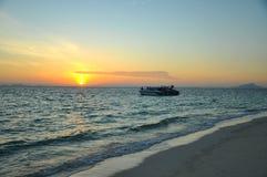 Härlig solnedgångstrand i Thailand Arkivbild