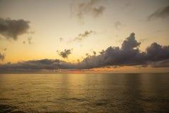 Härlig solresninghimmel över vanlig havshamn royaltyfri bild
