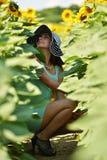 härlig solroskvinna Arkivfoto