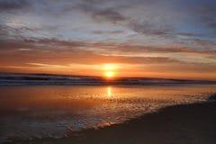 Härlig soluppgång över Atlantic Ocean Arkivbilder