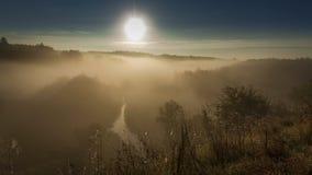 Härlig soluppgång över dalen med att bedöva mist i hösten, timelapse arkivfilmer
