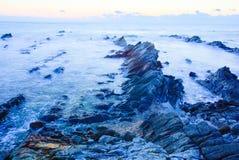 Härlig soluppgång över den krit- sedimentär stenkustlinjen Arkivfoton