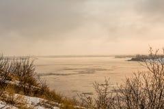 Härlig soluppgång över floden i vinter royaltyfri fotografi