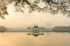 Härlig soluppgång över Kan Thar Yar sjön i Hpa Arkivfoton