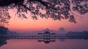 Härlig soluppgång över Kan Thar Yar sjön i Hpa en Myanmar Burma Arkivbilder