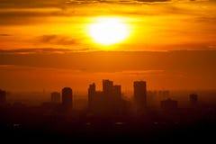 Härlig soluppgång över kontorsbyggnadmitt av Bangkok i thailändskt Arkivfoton
