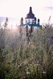 Härlig soluppgång över kyrkan i Vishneve, Ukraina Arkivfoto