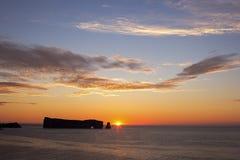 Härlig soluppgång över Perce Rock i Quebec royaltyfria foton