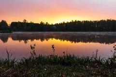 Härlig soluppgång över sjön Royaltyfri Bild