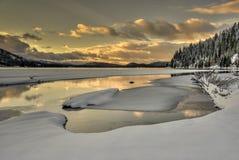 Härlig soluppgång av en bergsjö i Idaho royaltyfria bilder