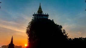 Härlig soluppgång för Tid schackningsperiod med pagoden på berget arkivfilmer