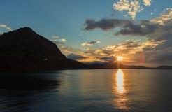 Härlig soluppgång i den blåa fjärden nära byn Novyi Svit crimea Royaltyfri Foto