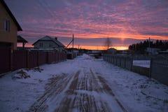 Härlig soluppgång i en liten by i vintern Royaltyfri Fotografi