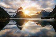 Härlig soluppgång i Milford Sound, Nya Zeeland arkivbilder
