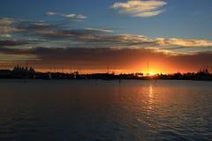 Härlig soluppgång i Parklandbroadwater på Goldet Coast Arkivfoton