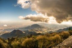 Härlig soluppgång i Serra Fina inga Capim Amarelo berg av den brasilianska bergskedjan i toppiga bergskedjan da Mantiqueira royaltyfria bilder