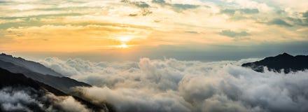 Härlig soluppgång med molnet på berget Fotografering för Bildbyråer