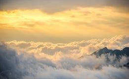 Härlig soluppgång med molnet på berget Arkivbilder