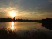 Härlig soluppgång nära den lilla sjön, Litauen royaltyfria bilder