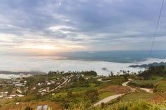Härlig soluppgång och moln på den Hmong byn i Phu Thap Boek, T Royaltyfri Bild