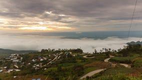 Härlig soluppgång och moln på den Hmong byn i Phu Thap Boek, Thailand arkivfilmer
