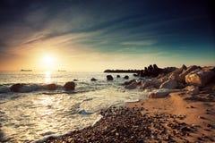 Härlig soluppgång ovanför havet Arkivfoton