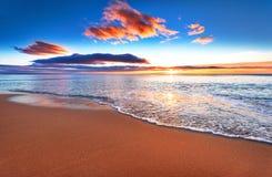Härlig soluppgång ovanför havet Arkivfoto